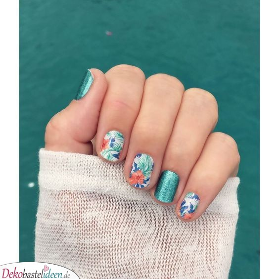 Hibiskusmuster für die Nägel