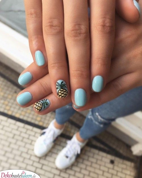 Summer nail with pineapple motif