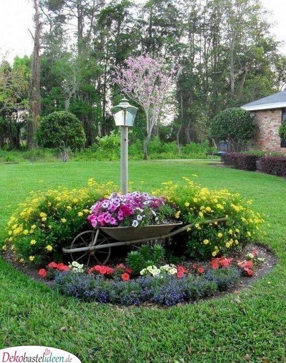Bepflanzte Schubkarre für den Vorgarten