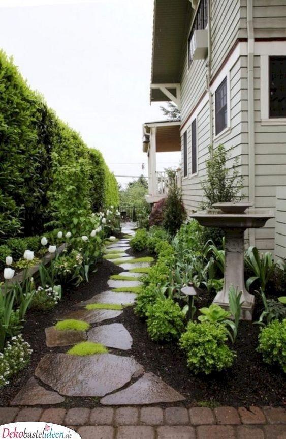 Verträumter Vorgarten mit Steinweg