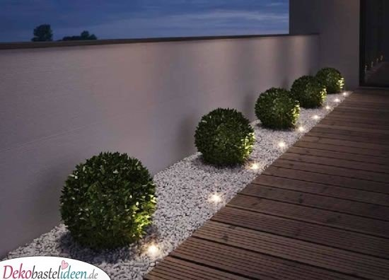 Beleuchtete Buchsbaumkugeln - kleine Gärten gestalten