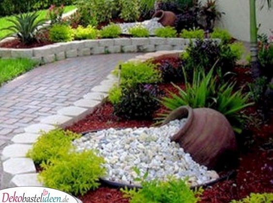 Vorgarten gestalten – Blumenbeet mit Urnen