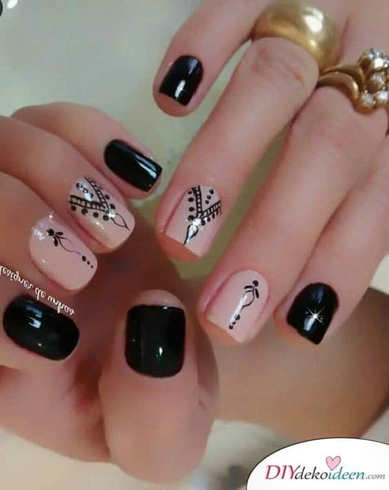 Nude und Schwarz – stylisches Nageldesign für kurze Nägel