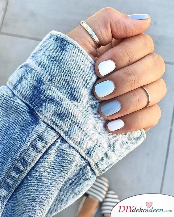 Süße kurze Nägel ganz in Blau