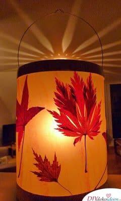 Herbstliche Laterne basteln mit gepressten Blättern