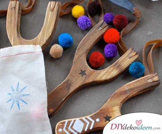 Holzschleuder mit süßen Pompoms