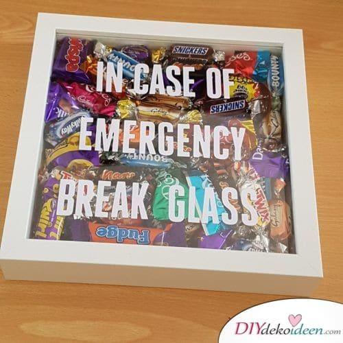 Im Notfall Scheibe einschlagen – Süßigkeiten verschenken
