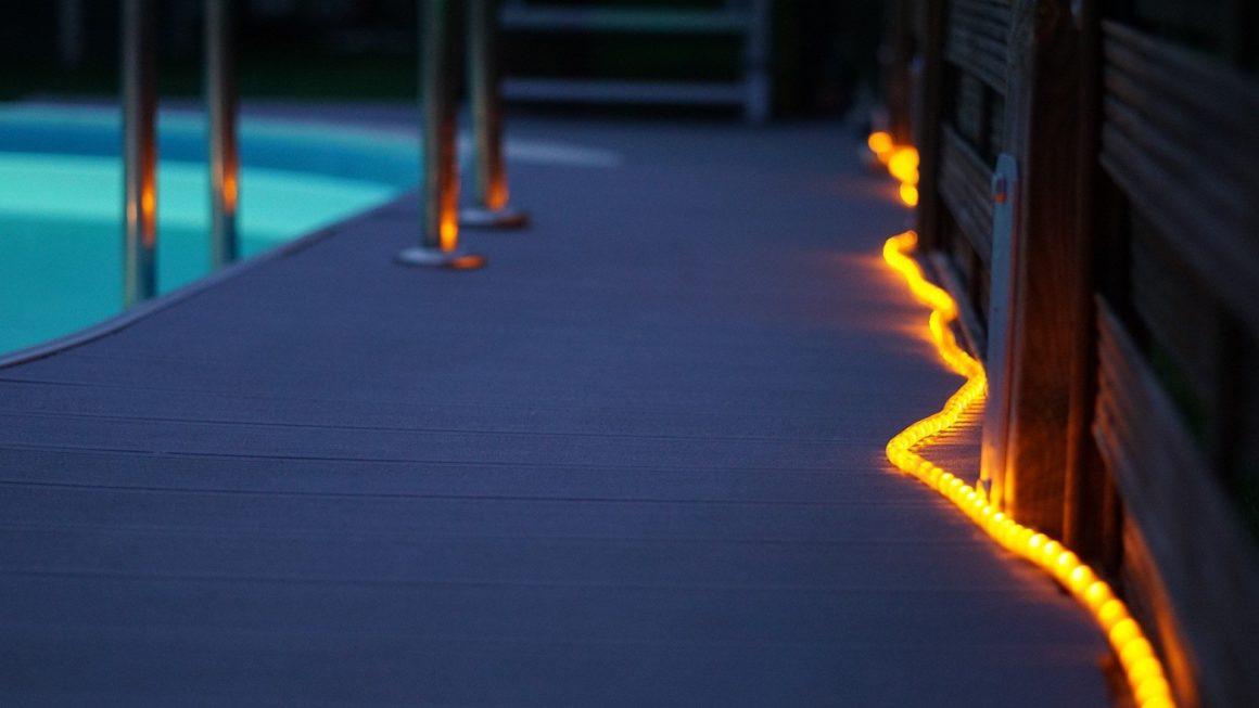 Outdoor-Lichtschläuche brauchen einen Stromanschluss. Sie dienen nicht nur zur Deko, sondern können auch Wege beleuchten.