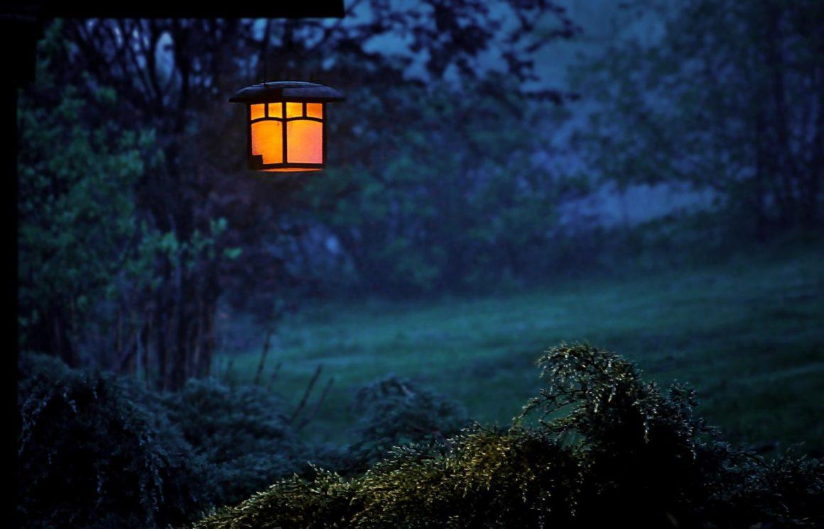 Mildes Licht leuchtet einen Bereich dezent aus – so anziehend und romantisch kann Licht im Garten sein.