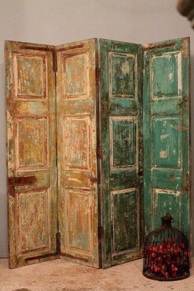 Alte Türen als Raumteiler überdacht