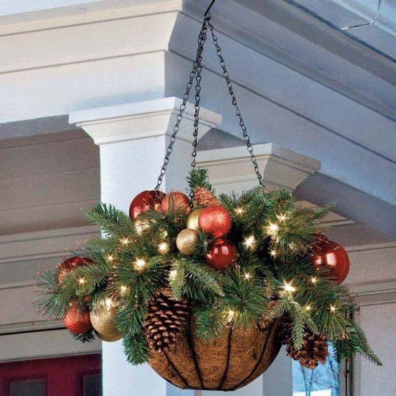 Ein hängender Weihnachtskorb - schön und raffiniert
