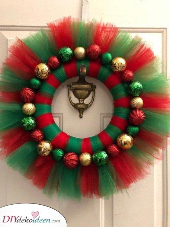 Gold, Grün und Rot – Tolle Türdekoration für Weihnachten