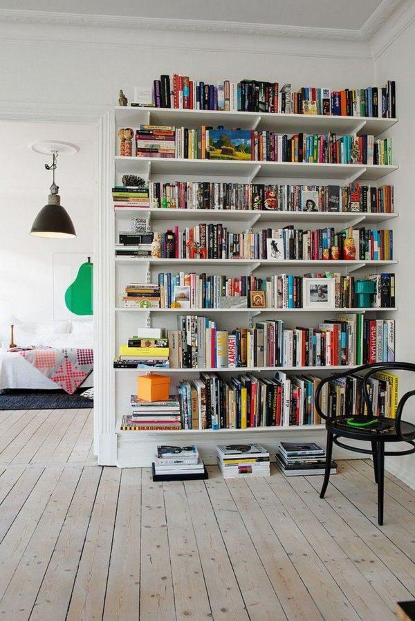 Ein riesiges Bücherregal als Raumteiler