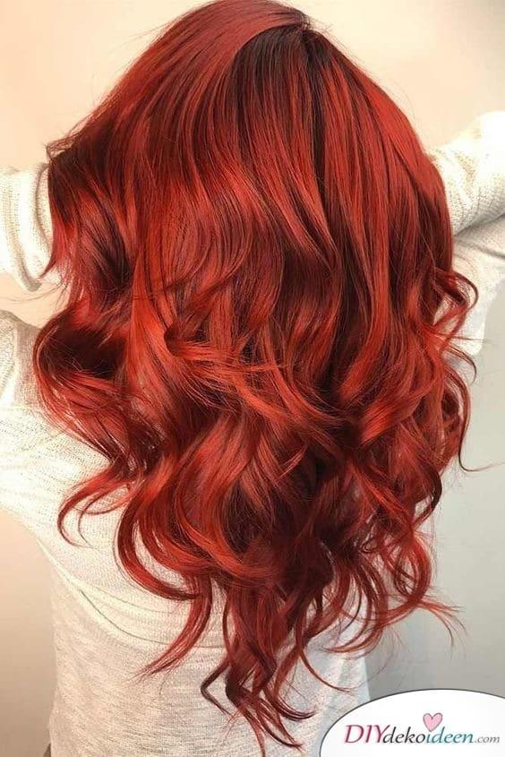 Tiefrote- sommerliche Haarfarbe - sinnliche Frisur für diese Jahreszeit