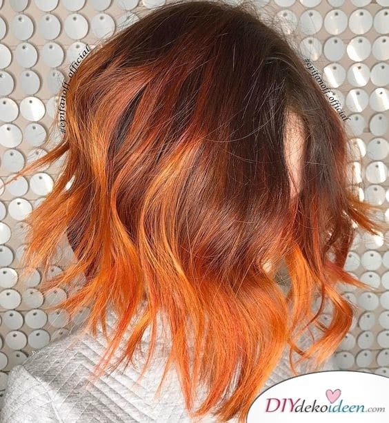 Eine Mischung aus Orange und Rot – Sommerfarben für lange Haare