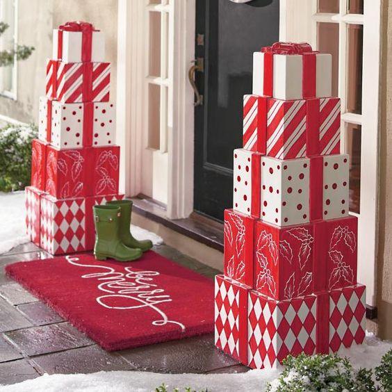 Stapel von Weihnachtsgeschenken - Ideen für die Weihnachtsdekoration im Freien