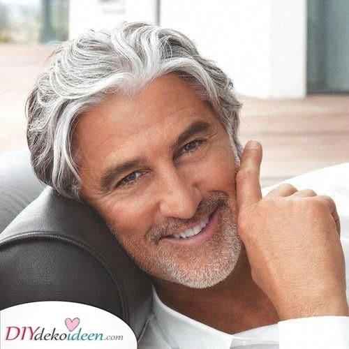 Pinsel es nach oben - Frisuren für ältere Männer mit grauen Haaren