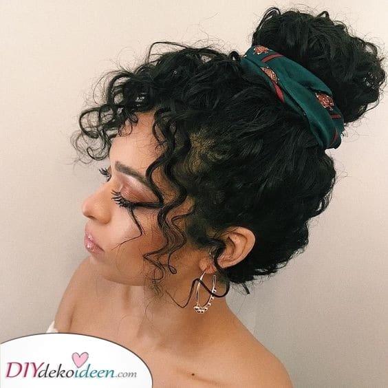 Frisuren mit Locken- Oben geflochten