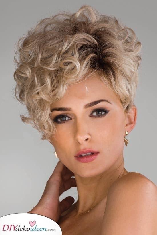 Geschichtetes Haar - Kurze lockige Frisuren für Frauen