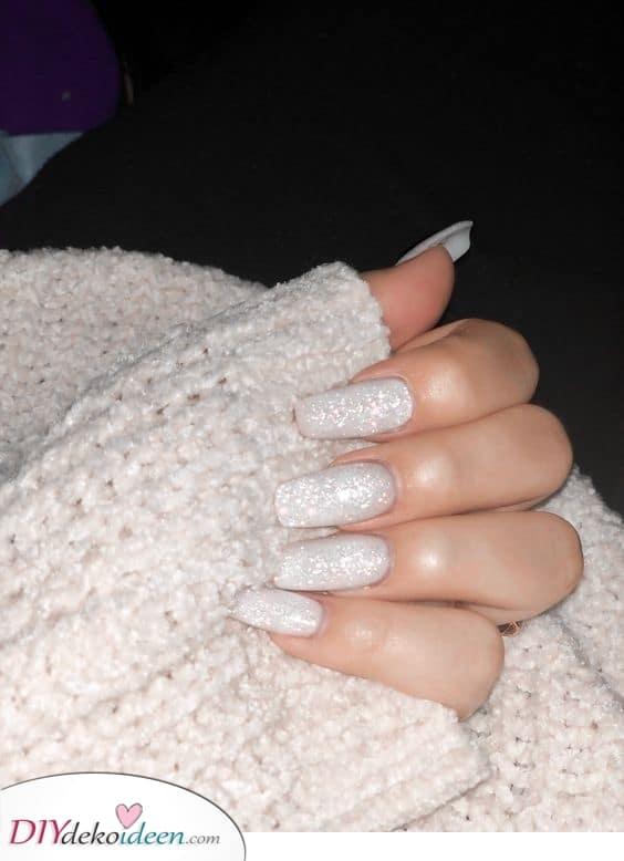 Lang und glamourös – Weiße Fingernägel mit etwas Glanz