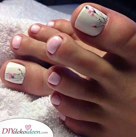Kleine blühende Blumen – Süß die Fußnägel lackieren