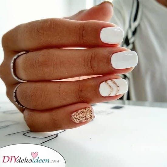 Mit etwas Gold – Elegante Weiße Nägel