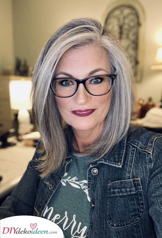 Zur Seite gefegt – Über 50 Frisuren mit Brillev