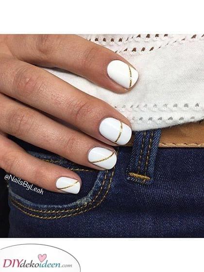 Eine fortlaufende Linie – In Gold schimmernde weisse Nägel