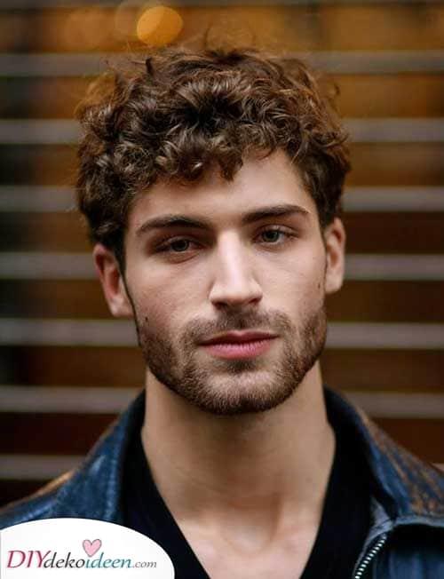 Kurz und atemberaubend – Frisuren für Männer mit lockigem Haar