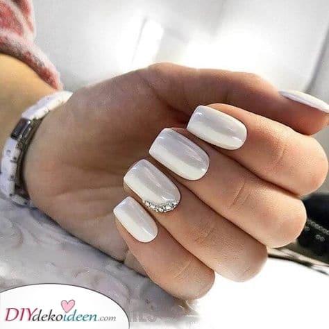 Strasssteine kommen immer gut an – Schöne weiße Weiße Fingernägel
