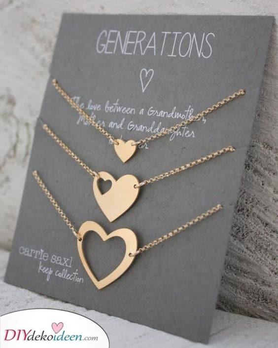 Drei Generationen von Frauen – Schöne Halsketten