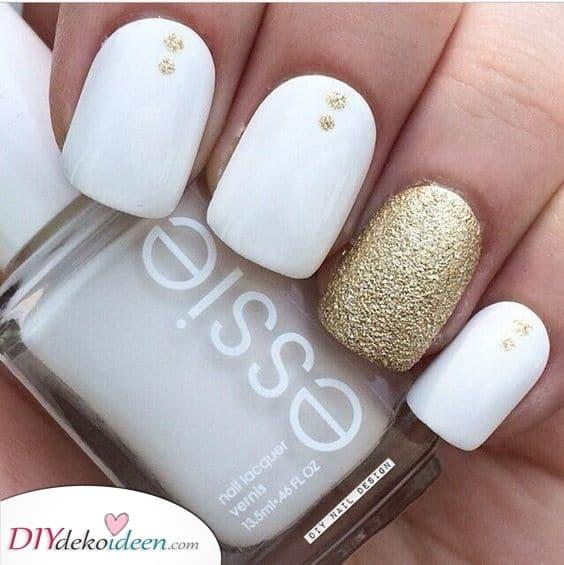 Goldflecken – Weiße Nageldesigns