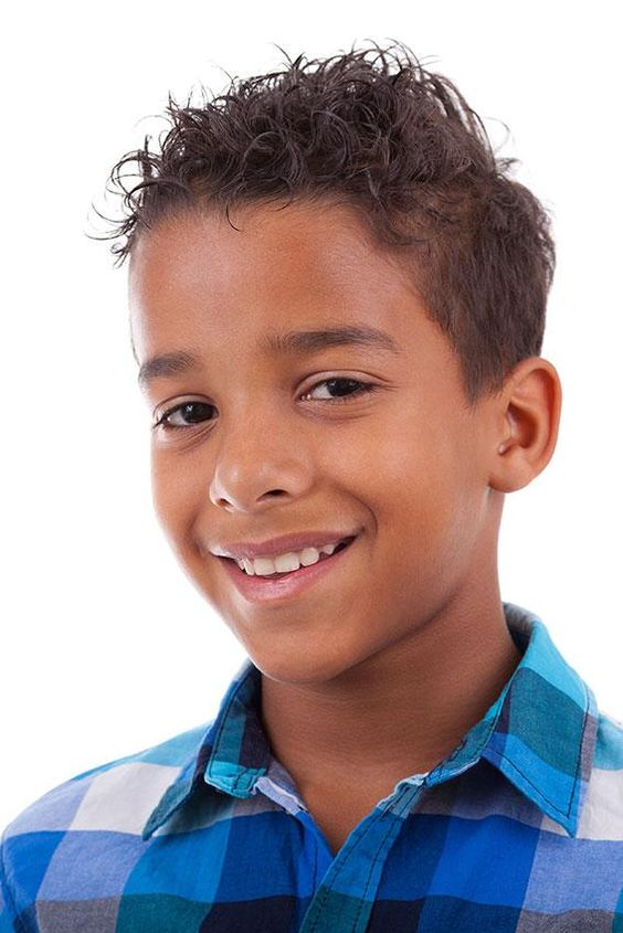 Ein müheloses Trimmen – Haarschnitte für kleine kleine Jungs mit Locken