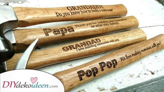Ein personalisierter Hammer – Geschenkideen zum Geburtstag für Opa