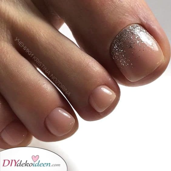 Leuchtendes Fußnageldesign mit Glitzer – Zehennägel lackieren in Pink und Gold