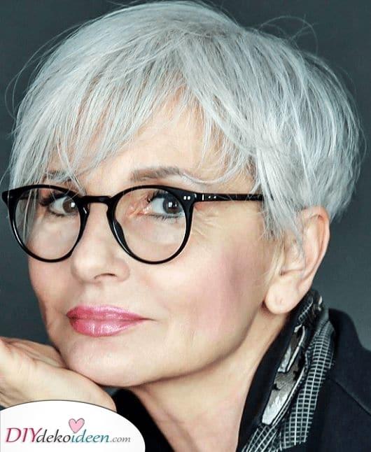 Süß und kurz – Frisuren für Frauen ab 50 mit Brille