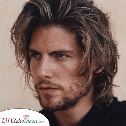 Ein sonnenverwöhntes Leuchten – Männer mit mittellangen Haaren