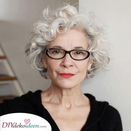 Locken für Tage – Frisuren für 50-jährige Frau mit Brille
