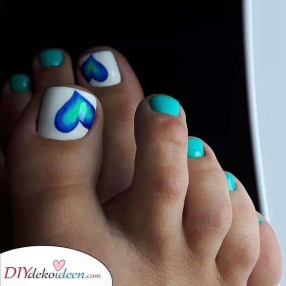 Blaue Herzen – Schön die Fußnägel lackieren