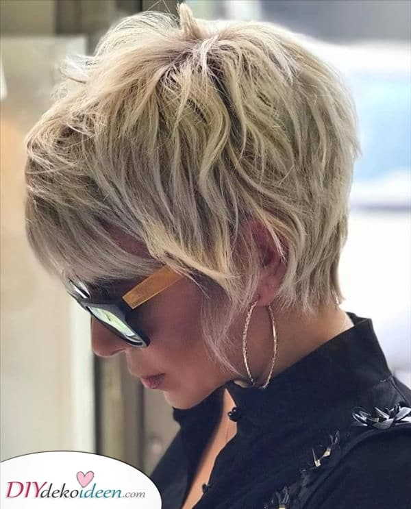Viele Schichten hinzufügen – Kurze natürliche Frisuren für Frauen