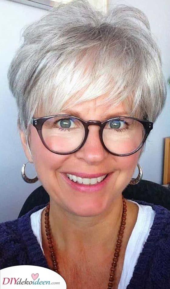 Kurzhaarfrisuren ab 50 mit Brille – Ein jugendlicher Stil mit Schwung