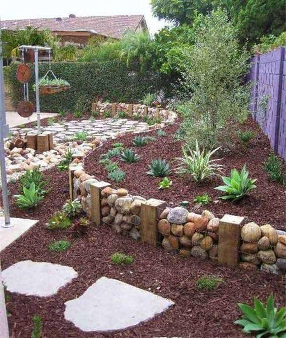 Das Verwenden von Zäunen – Beeteinfassung aus Holz und Stein