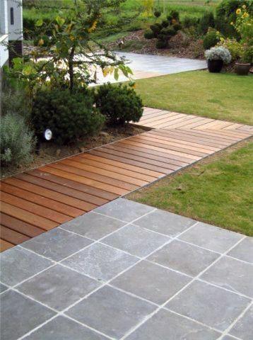 Holzpaneele auflegen – Gartenweg aus Holz
