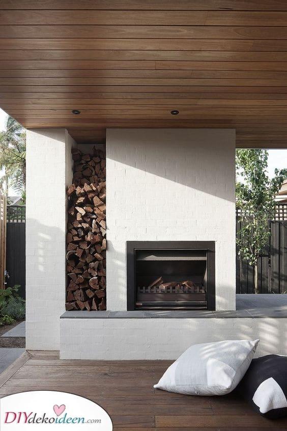 Ein Holzstapel – Feuerstelle im Garten