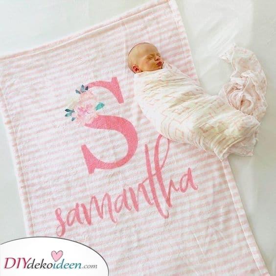 Eine Monogramm-Decke – Babyparty Geschenkideen