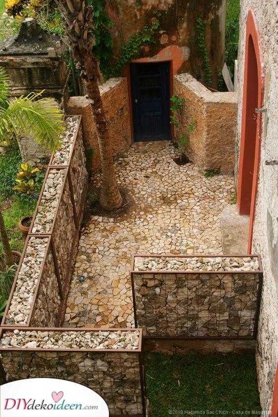 Gefüllt mit Steinen und Felsen – Ideen für den Gartenzaun
