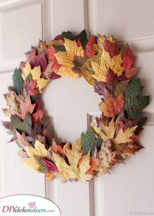 Laub aus Herbstblättern – Herbstkränze selber machen