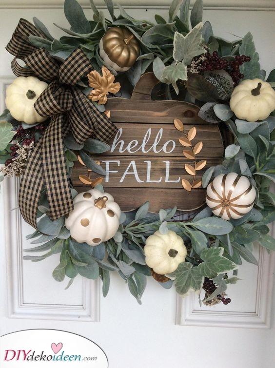 Ein Hauch von Gold – Herbstkränze für die Haustür
