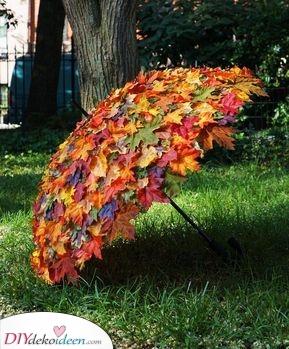 Ein belaubter Regenschirm – Ideen für Herbstdeko für draußen