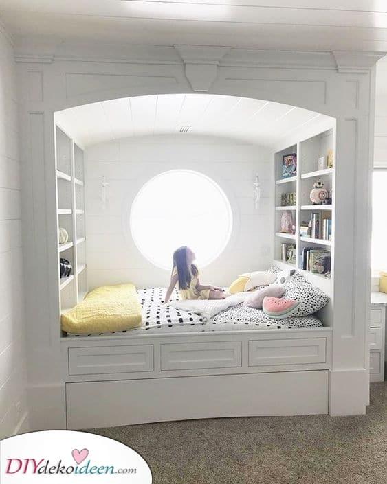 Ein Bett mit einem Regal – Wirklich praktisch